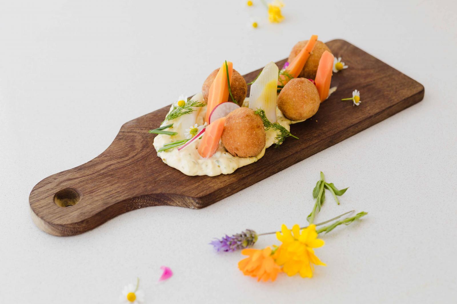 Croquetas de papas especiadas , salsa grabiche y pickles de puerros y zanahorias