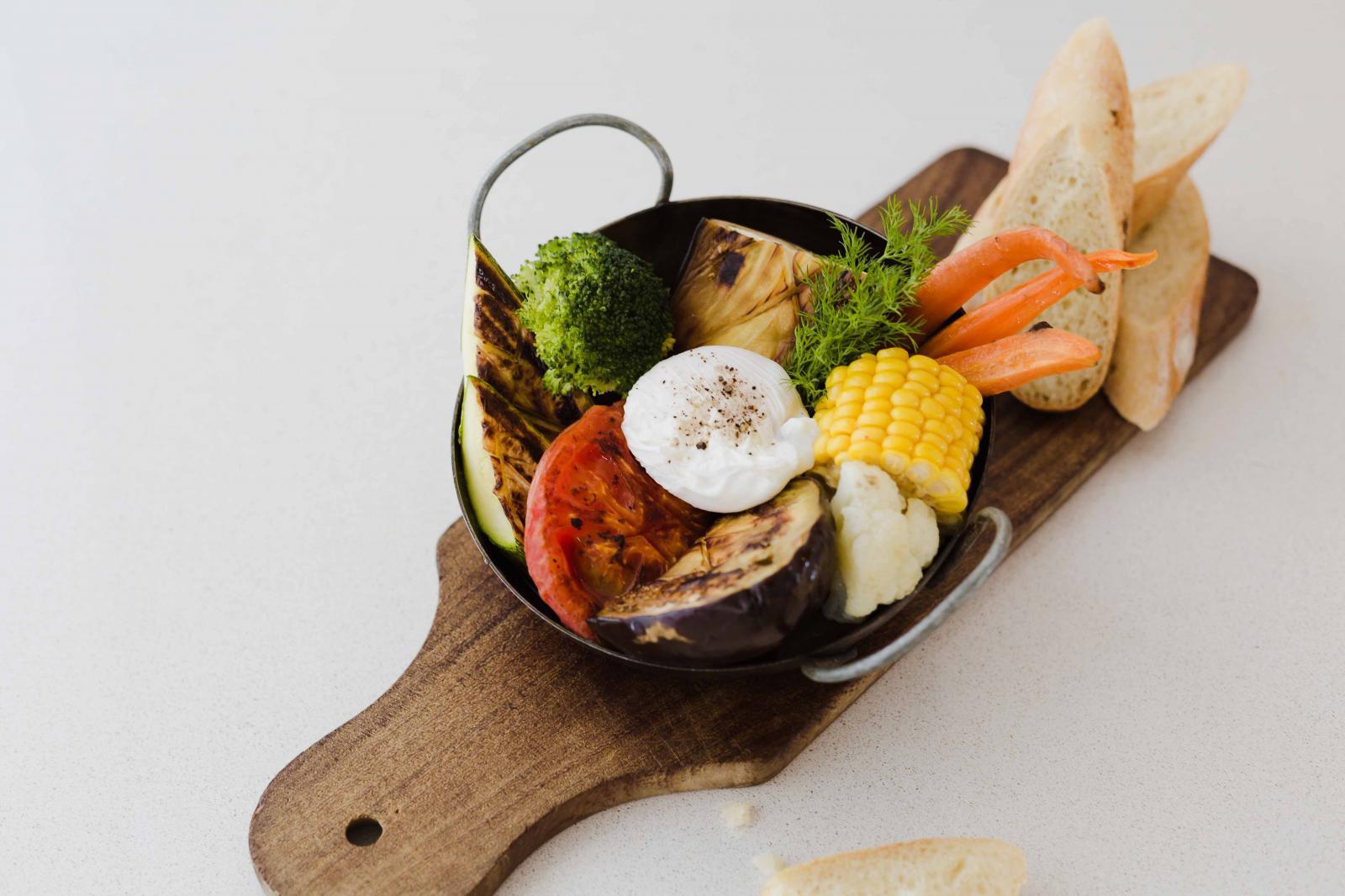 Vegetales de estación grillados , huevo poche