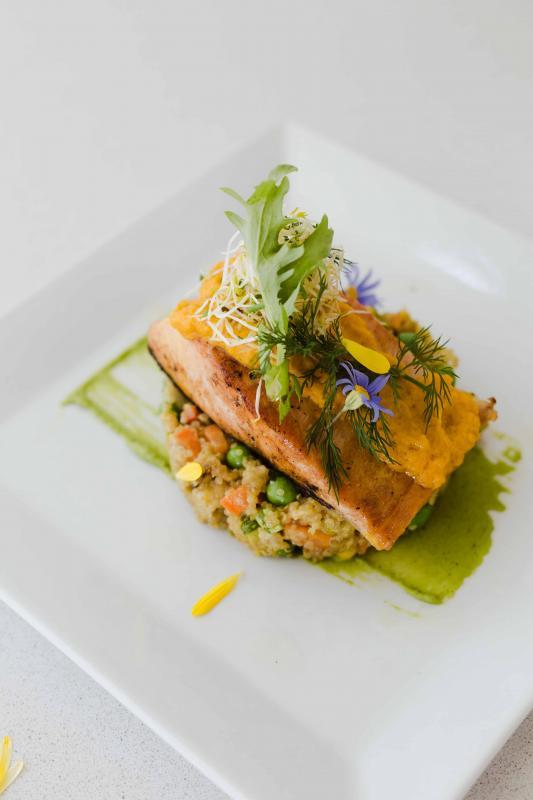Salmón del Pacífico, risotto de quinoa, Bearnesa al curry